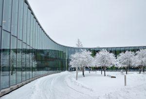 En stor byggnad i ett snörik landskap.