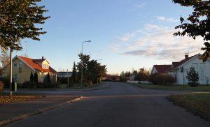 En gatan och flera engnahemshus.