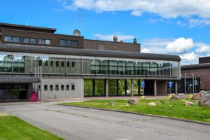 En stor byggnad och gården framför byggnaden.