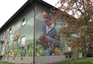 Ett höghus med en muralmålning på huset.