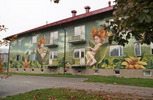 En höghus med en muralmålning på huset.