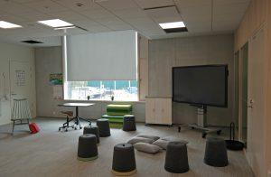 Ett rum inom en skolbyggnad. I rummet syns flera olika sittplatser.