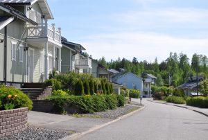 En gata och flera egnahemshus.