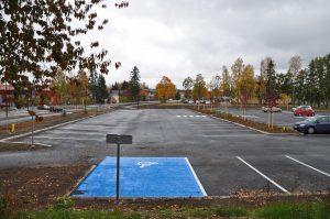 En stor parkeringsplats för bilar.