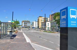 En gata och flera bushållplatser.