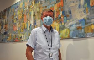 Mikael Grannas. Han har en ansiktsmask på sig.