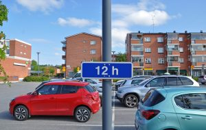 Bilar parkerade på en parkeringsplats.