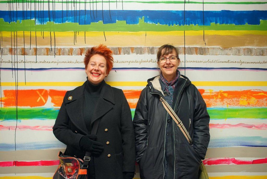 Två kvinnor skrattar.