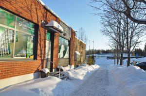 Fasaden av hälsovårdspunkten Söderpointti. Ingång och fönstrar.