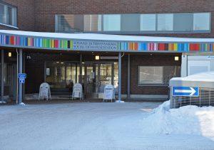 Nickby social- och hälsostationens huvudingång under vintertid.