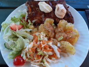 Grilled ribs, pressed new potatoes and salads from På Krogen's picnic bag.
